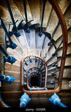 Die Wendeltreppe von einem typischen 19. Jahrhundert Wohnhaus in Paris. - Stockfoto