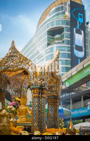Erawan-Schrein befindet sich im zentralen Geschäfts- und Einkaufsviertel Viertel von Bangkok, Thailand - Stockfoto