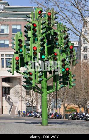 Die Ampel Baum Skulptur des französischen Bildhauers Pierre Vivant mit 75 Sätze von Licht an einem Kreisverkehr - Stockfoto