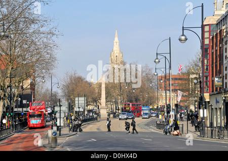 High Street Broadway eine Art und Weise, wie der Verkehr auf der A11 unterwegs mit der St. Johns Kirche, Stratford, - Stockfoto
