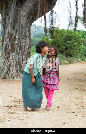 Junge lächelt glücklich indische Mädchen gemeinsam lachen. Andhra Pradesh. Indien - Stockfoto