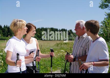 Nordic-walking-jung und alt zusammen - Stockfoto