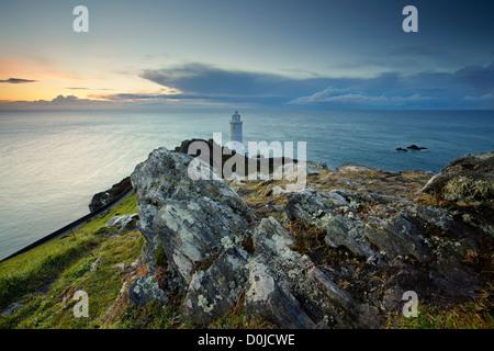 Inky blau Morgenlicht über Start-Bucht und der Leuchtturm an der Küste von South Devon. - Stockfoto