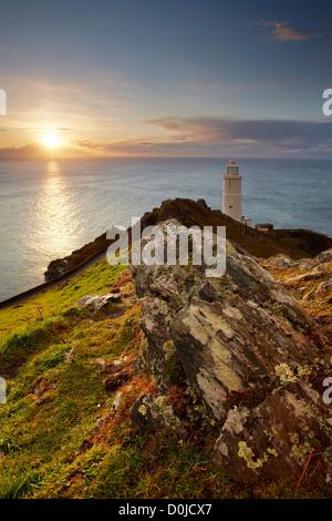 Sonnenaufgang über dem Start-Bucht und der Leuchtturm an der Küste von South Devon. - Stockfoto