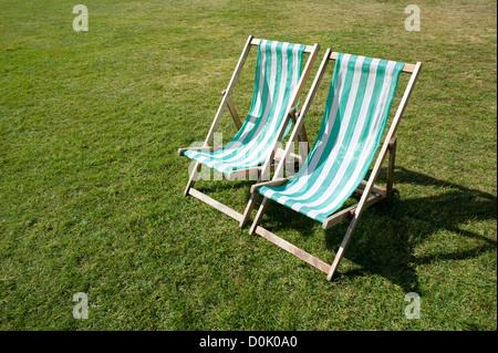 Zwei Liegestühle im Hyde Park. - Stockfoto