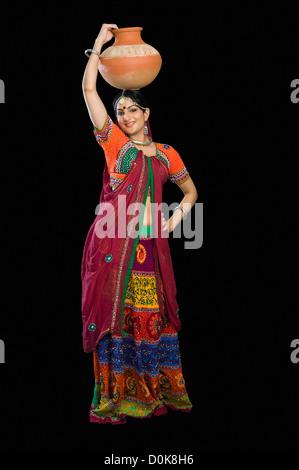 Schöne Frau im bunten Lehenga Choli mit Wassertopf - Stockfoto