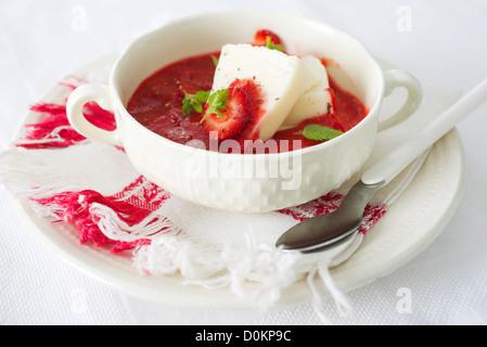 Erdbeer-Suppe und frischem Käse - Stockfoto