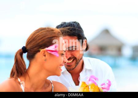 Herr gemischte Rennen Mann (Alter 31) & gemischten Rennen Frau (Alter 24) Bora Bora Nui Resort & Spa Bora Bora Insel - Stockfoto
