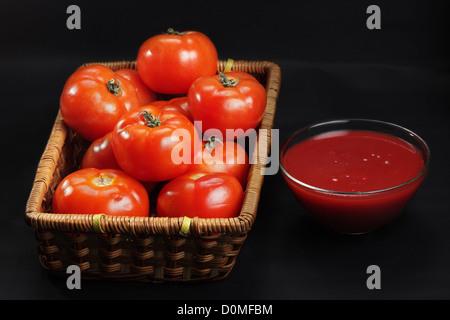 Korb mit nur intakte Tomaten und ketchup - Stockfoto