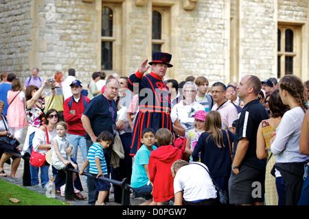 Beefeater Reiseleiter im Tower of London, London, England, UK, Europe - Stockfoto