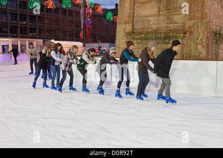 Glasgow, Schottland. Junge Menschen Skatingland eine Conga-Linie in George Square, Central Glasgow wo eine Eisbahn - Stockfoto