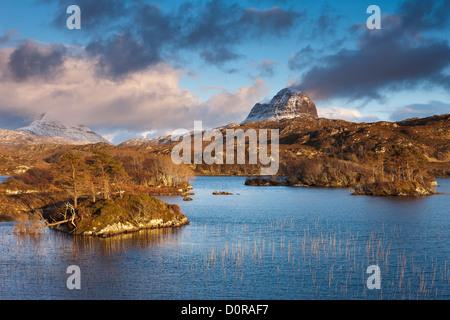 Loch Druim Suardalain mit Mts Canisp & Suilven bestäubt, im Schnee, Sutherland, Schottland - Stockfoto