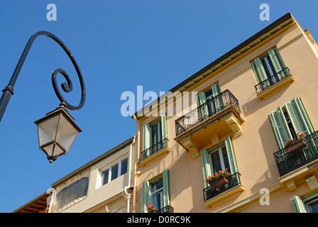 Laterne vor Wohnhaus - Stockfoto