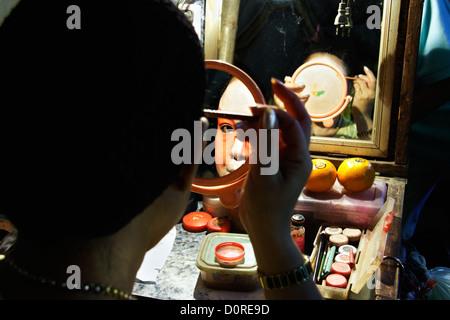 Ambulante chinesische Oper Schauspielerin, aus denen auf backstage bei einem Rundgang durch Chinatown, Thailand, - Stockfoto