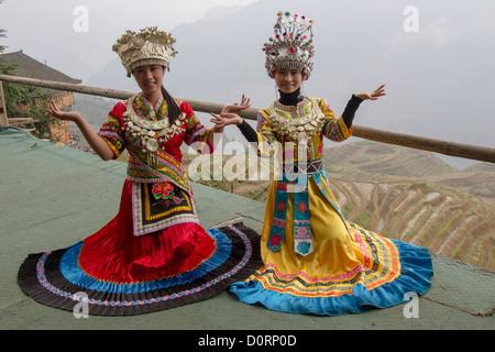 China Guangxi Longji, Ping ein Dorf, zwei Mädchen in traditioneller Tracht - Stockfoto