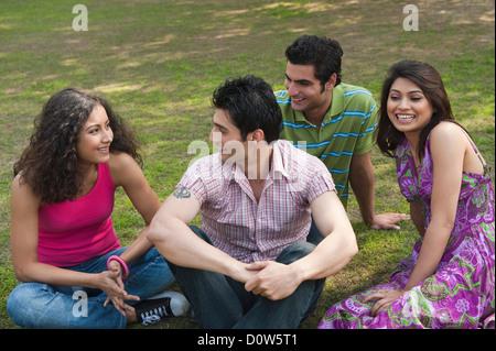 Freunde in einem Garten genießen - Stockfoto