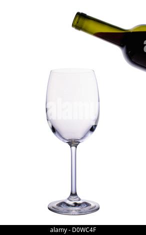 Leere Glas Wein und eine Flasche Rotwein isoliert auf weißem Hintergrund - Stockfoto
