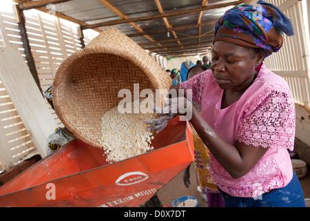 Frauen mahlen Getreide zu Mehl in einer Mühle in Doba, Tschad, Afrika. - Stockfoto