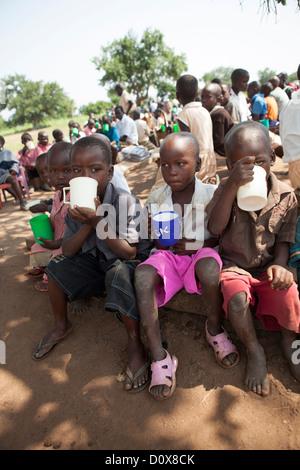 Studierende erhalten Brei in den Pausen eine Schule in Amuria, Uganda, Ostafrika. - Stockfoto