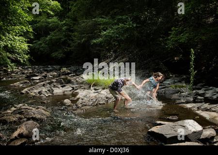 Paar spielen im Fluss - Stockfoto