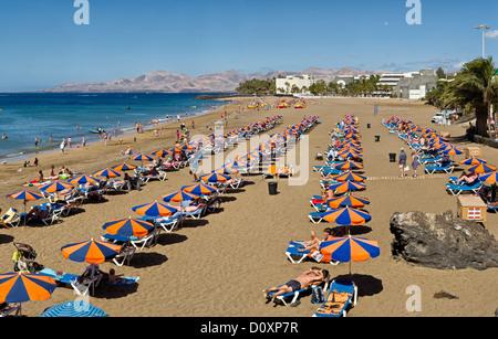 Spanien, Lanzarote, Puerto del Carmen, Playa Grande, Landschaft, Wasser, Sommer, Strand, Meer, Menschen, Kanarische - Stockfoto