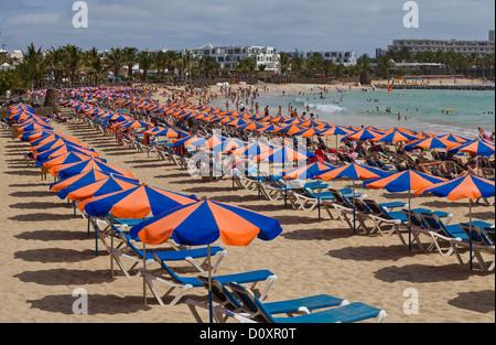 Spanien, Lanzarote, Costa Teguise, Playa de Las Cucharas, Stadt, Dorf, Wasser, Sommer, Strand, Meer, Menschen, Kanarische - Stockfoto