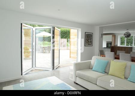 Wohnbereich mit offenen Terrassentüren öffnen - Stockfoto