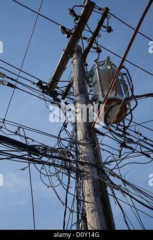 New York, New York - elektrische Kabel und Telefonleitungen auf einem Pfahl auf Staten Island. - Stockfoto