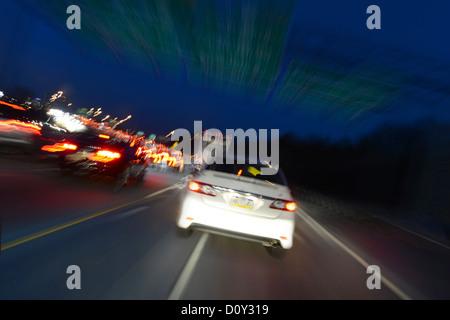 Auto beschleunigt auf der Autobahn bei Nacht, USA - Stockfoto