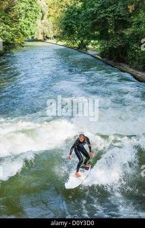 Deutschland, Bayern, München, englischer Garten, weibliche Surfer auf dem Eisbach-Welle - Stockfoto