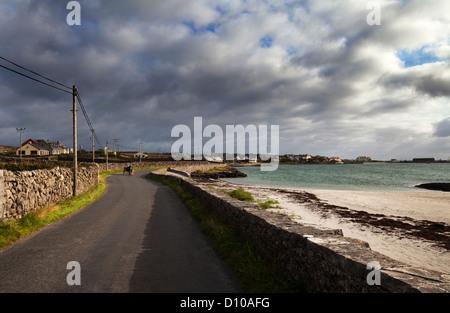 Pony und Falle auf der Straße vom Dorf Kilronan auf Inishmore, die Aran-Inseln, Teampall Bheanain, County Galway, - Stockfoto