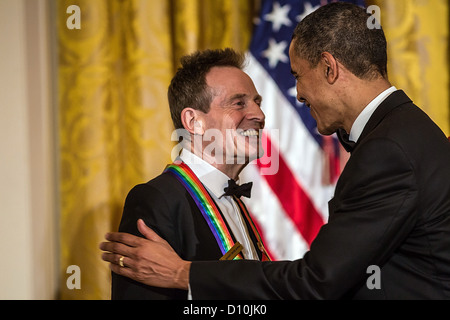 US-Präsident Barack Obama schüttelt Hände mit John Paul Jones der Band Led Zeppelin nach geben Hinweise auf das - Stockfoto