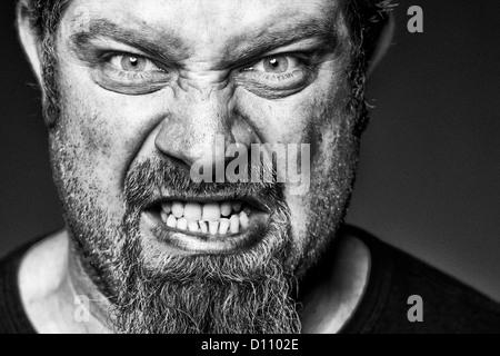 Zornigen Mann mit Grinsen auf seinem Gesicht. - Stockfoto