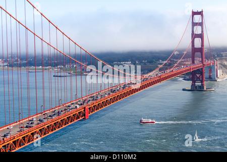 Die Golden Gate Bridge in San Francisco, Fußgänger zu Fuß über die Brücke auf fahrende Autos und Boote in der Bucht - Stockfoto