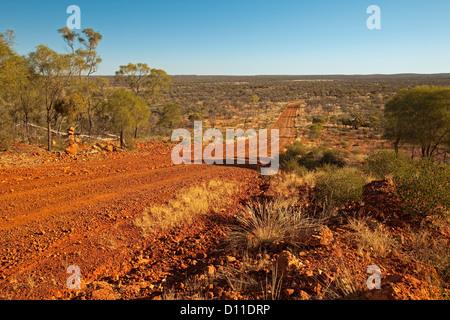 Langer Weg über australische Outback Prärie zum fernen Horizont in der Nähe von Opal Bergbau Stadt Yowah in Queensland, - Stockfoto
