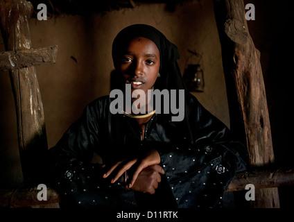 Porträt eines Mädchens in ihr Tukul In Alaba, Äthiopien - Stockfoto