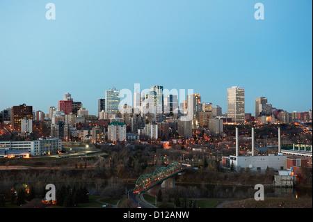 Lichter beleuchten die Walterdale Brücke und Gebäude In Downtown Edmonton; Edmonton Alberta Kanada - Stockfoto