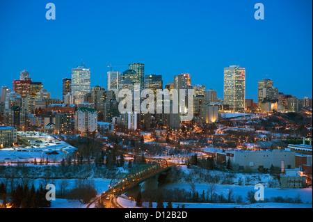 Skyline von Edmonton mit Lichter beleuchten Gebäude und Brücke; Edmonton Alberta Kanada - Stockfoto