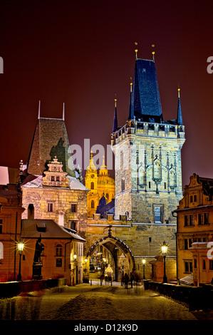 Romantische Nacht-Spaziergang auf der Karlsbrücke in Prag. - Stockfoto