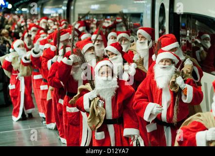 Rund 400 Weihnachtsmänner kommen eines ICE-Zuges am Hauptbahnhof in Frankfurt Am Main, Deutschland, 6. Dezember - Stockfoto