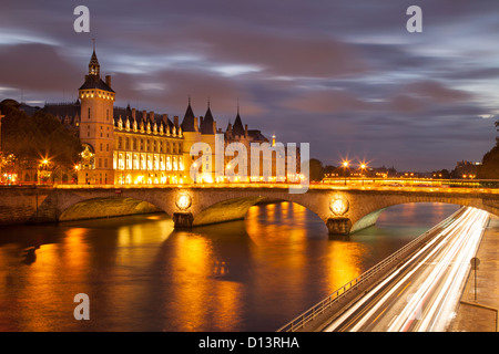 Dämmerung über der Conciergerie und Pont au Change entlang der Seine, Paris Frankreich - Stockfoto