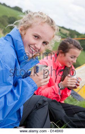 Porträt von lächelnden Mädchen Teetrinken hautnah - Stockfoto