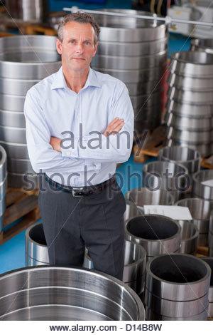 Porträt von Ernst Kaufmann stehen unter Stahl Rollenlager im Werksgelände - Stockfoto