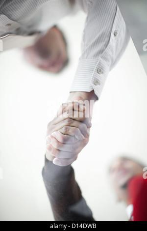Nahaufnahme von Geschäftsleuten, die Hände schütteln - Stockfoto