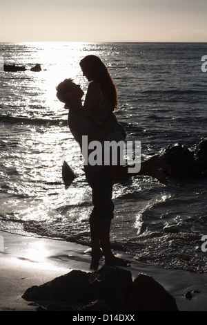 Man Hebe Freundin am Strand Stockfoto