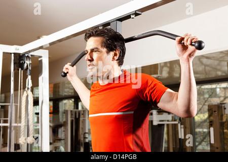 Mann mit Trainingsgeräten im Fitnessstudio - Stockfoto