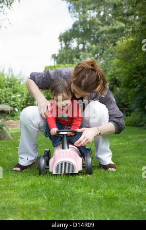 Mutter und Tochter spielen im Hinterhof - Stockfoto