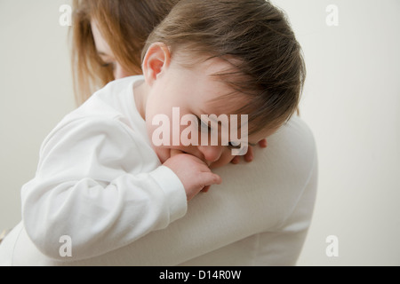 Mutter Tochter im Haus halten - Stockfoto