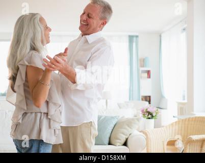 USA, New Jersey, Jersey City, Paare tanzen im Wohnzimmer - Stockfoto