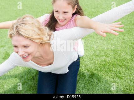 USA, New Jersey, Jersey City, Mutter und Tochter (8-9 Jahre) spielen auf der Wiese - Stockfoto